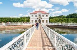 泥灰质的宫殿在Peterhof状态博物馆 免版税库存照片