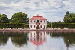 泥灰质的宫殿在Peterhof,俄罗斯更低的庭院里  库存图片