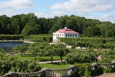 泥灰质的宫殿在Peterhof,圣彼德堡 免版税库存图片