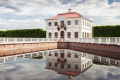 泥灰质的宫殿在Peterhof更低的庭院里  免版税库存照片