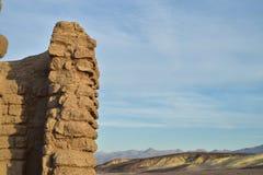 泥砖墙废墟在极端地形使莫哈维沙漠,死亡谷,加利福尼亚美国环境美化 免版税库存图片