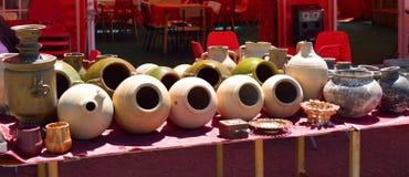 泥罐、瓶子和俄国式茶炊待售 图库摄影