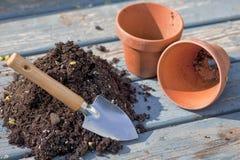 泥罐和土壤 免版税库存照片