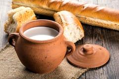 泥罐用土气牛奶和热的长方形宝石 免版税库存图片