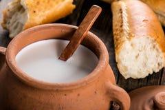 泥罐用土气牛奶和热的长方形宝石 图库摄影