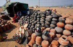 泥罐金字塔待售在村庄 免版税库存图片