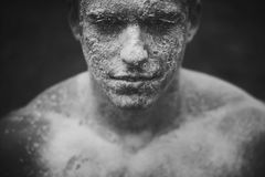 泥肮脏的面孔人 免版税库存照片