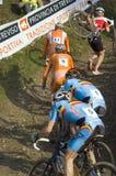 泥铺跑道的骑自行车者 库存图片