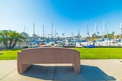 水泥长凳在海边港口 免版税库存图片