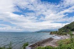 水泥防波堤有海岸线背景在九州,日本 免版税图库摄影