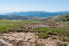 泥水坑与轮胎轨道的 库存图片