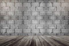 水泥水泥砖块墙壁和木地板透视与光在顶面角落 免版税库存照片