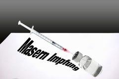 注射器充满麻疹接种的疫苗 免版税库存照片