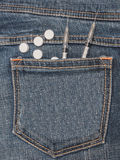 注射器和药片在斜纹布口袋 库存图片