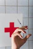注射器在手中护士 免版税库存图片