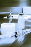 注射器,膏药,在金属表面的细颈瓶 免版税库存照片