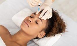 注射在女性前额的美容师专家 免版税图库摄影