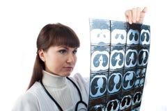 注意一个耐心的X-射线的医生在医院 免版税库存图片