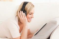 注意与片剂计算机的妇女一部电影 免版税库存照片