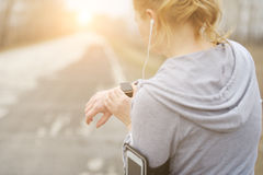 注意与smartwatch的体育 马拉松的跑步的训练 免版税库存图片
