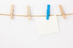 注意卡片、白皮书和木头夹子 免版税库存图片