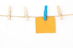 注意卡片、白皮书和木头夹子 免版税图库摄影