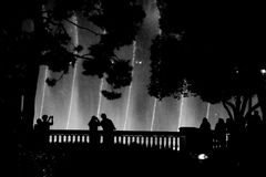 注意喷泉的人们显示 免版税图库摄影