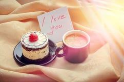 注意我爱你与咖啡和蛋糕 库存图片