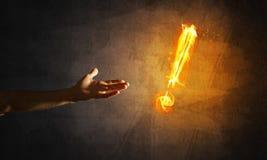 注意或标点的概念与灼烧的惊叹号在黑暗的背景 免版税图库摄影
