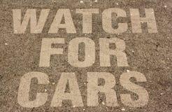 读注意汽车的标志埋置了入混凝土 免版税库存照片