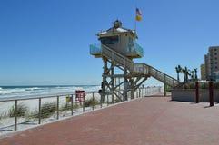 注意海滩的大风天 图库摄影