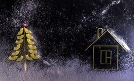 注意由雪、积雪的圣诞树和面团房子d 库存图片