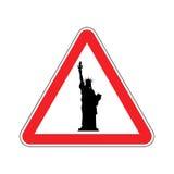 注意美国 在红色三角的自由女神像 角度蓝色路标色彩视图宽 免版税库存图片