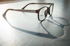 注视与阳光的在粗砺的地板上的玻璃和阴影 免版税库存图片
