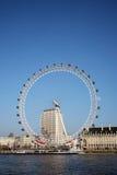 注视伦敦千年轮子 免版税库存图片