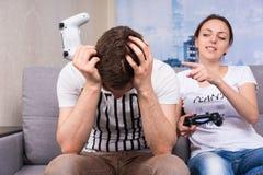 注视在赢的少妇一个电子游戏以后 库存照片