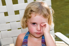 注视女孩哀伤少许的摩擦 免版税库存照片