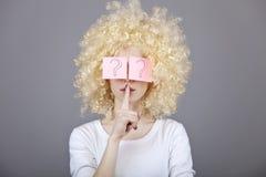 注视女孩头发的纵向红色贴纸 免版税图库摄影