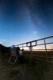注视妇女的星观看银河 免版税图库摄影
