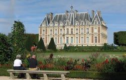注视法国城堡的夫妇。 免版税库存照片
