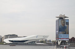 注视电影学院和壳牌石油塔,阿姆斯特丹 免版税库存照片