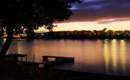 注视着对阿尔巴尼NY船坞的哈得逊河从Renssalear的在一秋天天日落 图库摄影
