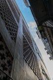 注视着巷道在两个老大厦之间的中午在Mongkok,香港 免版税库存照片