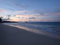 注视着往Mokulua海岛的Waimanalo海滩黄昏 免版税库存图片