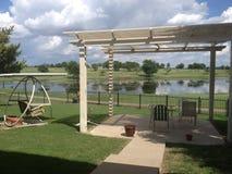 注视着横跨湖的后院高尔夫球场 免版税图库摄影