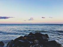 注视着沿海在布赖顿海滩日落 库存图片