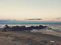注视着沿海在布赖顿海滩日落 免版税库存照片