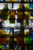 注视着通过窗口显示和闭合的下落门,入一家零售店夜,史泰登岛,纽约,美国 免版税库存图片