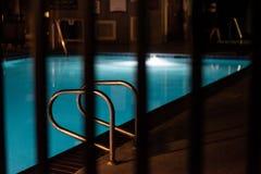 旅馆游泳场在晚上 库存照片
