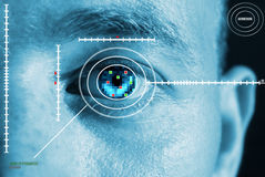 注视虹膜扫描 免版税库存图片